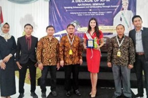 Miss International berfoto bersama usai seminar.