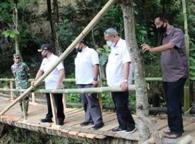 Bupati Kuningan Tinjau Jembatan Cijompong Yang Terputus